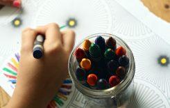 dziecko rysujące kredkami